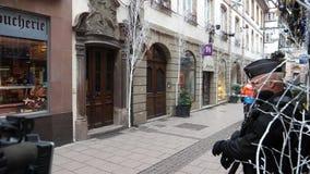 Spazzatrice dei lavoratori di servizi pubblici che entra in area assicurata della scena Strasburgo di attacco terroristico archivi video