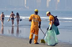 Spazzatrici della spiaggia in Santos, Brasile Fotografia Stock