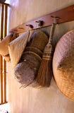Spazzi l'attrezzatura e un cappello fatto di bambù Immagini Stock