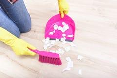 Spazzi le carte sul pavimento Fotografia Stock Libera da Diritti