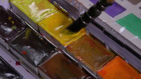 Spazzola che prende acquerello in tavolozza archivi video
