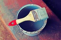 Spazzola che si trova sulla banca di pittura Immagini Stock Libere da Diritti
