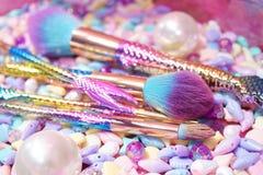 Spazzola cosmetica dell'arcobaleno della sirena sopra immagini stock libere da diritti