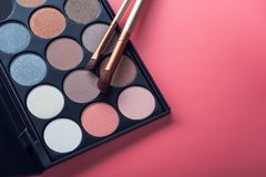 Spazzola dei prodotti di bellezza e tavolozza di colore Immagini Stock Libere da Diritti