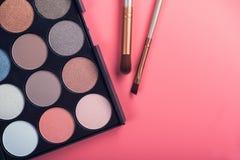 Spazzola dei prodotti di bellezza e tavolozza di colore Immagini Stock