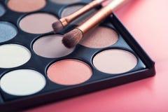 Spazzola dei prodotti di bellezza e tavolozza di colore Fotografie Stock Libere da Diritti