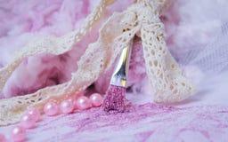 spazzola dell'artista del nastro delle nuvole di rosa che dipinge la polvere creativa Tulle della decorazione di nozze di scintil Fotografie Stock