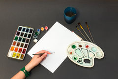 Spazzola di pittura su uno strato bianco Illustrazione Vettoriale
