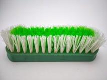 Spazzola di pulizia verde isolata con fondo bianco immagine stock