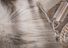 Spazzola di sfregatura del bagno del massaggiatore della luffa sul bordo di legno che bagna ite Fotografia Stock Libera da Diritti