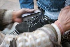 Spazzola di spazzolatura le vostre scarpe del nero con crema nera fotografia stock