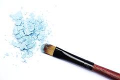 Spazzola di trucco con gli ombretti blu Immagini Stock