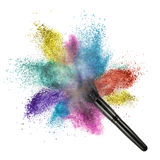 Spazzola di trucco con la polvere di colore isolata Fotografia Stock Libera da Diritti