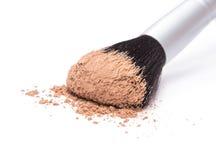 Spazzola di trucco con polvere cosmetica sciolta Fotografie Stock Libere da Diritti