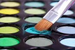 Spazzola di trucco in ombretti blu Fotografie Stock Libere da Diritti