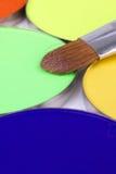 Spazzola di trucco sulla gamma di colori verde degli ombretti Immagine Stock