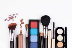 Spazzola e cosmetici di trucco Fotografie Stock Libere da Diritti