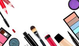 Spazzola e cosmetici di trucco, su un fondo bianco isolato Fotografia Stock Libera da Diritti