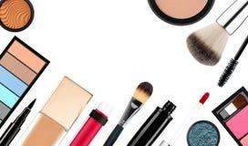Spazzola e cosmetici di trucco, su un fondo bianco isolato Fotografie Stock Libere da Diritti