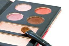 Spazzola e cosmetici, su un fondo bianco isolato Immagine Stock