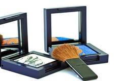 Spazzola e cosmetici, su un fondo bianco isolato Fotografia Stock