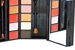 Spazzola e cosmetici, su un fondo bianco isolato Immagine Stock Libera da Diritti