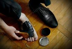 Spazzola e crema di lucidatura delle scarpe Fotografia Stock