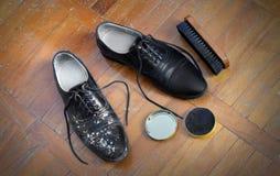 Spazzola e crema di lucidatura delle scarpe Immagini Stock Libere da Diritti