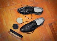Spazzola e crema di lucidatura delle scarpe Fotografia Stock Libera da Diritti