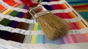 Spazzola e gamma di colori Fotografie Stock Libere da Diritti