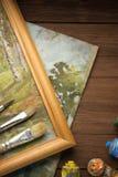 Spazzola e pittura sul legno immagine stock