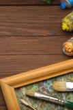 Spazzola e pittura sul legno fotografia stock libera da diritti
