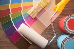 Spazzola e rullo dei vasi del grafico di colore sul piano d'appoggio immagine stock