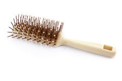Spazzola per capelli con capelli persi su bianco Immagine Stock