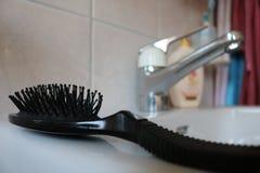 Spazzola per capelli su un lavandino Fotografia Stock