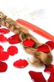 Spazzola per i capelli e forcelle femminili del pettine dei capelli della toupet degli oggetti su un fondo bianco Fotografie Stock