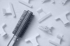 Spazzola per i capelli e granchi bianchi dei capelli dei morsetti fotografie stock