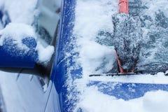 Spazzola per l'automobile di pulizia da neve sul tergicristallo Immagini Stock Libere da Diritti