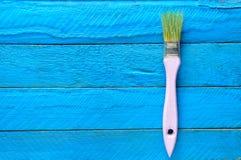 Spazzola per pittura su una tavola di legno blu Tendenza di minimalismo Concetto di arte Vista superiore Copi lo spazio Fotografia Stock Libera da Diritti
