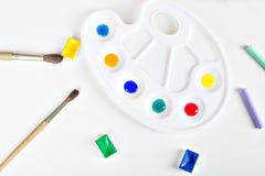 Spazzola, pittura, pastello e tavolozza con le pitture Fotografie Stock Libere da Diritti