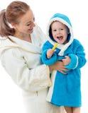 Spazzolatura di denti felice del bambino e della madre insieme Fotografia Stock