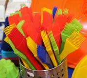 Spazzole con le setole del silicone e della plastica per decorare i dolci e immagine stock libera da diritti