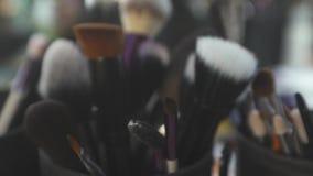Spazzole cosmetiche in tazza archivi video