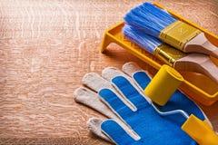 Spazzole del vassoio del rullo di pittura e guanti protettivi sopra Immagini Stock Libere da Diritti
