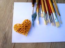Spazzole dell'artista con i cuori immagine stock