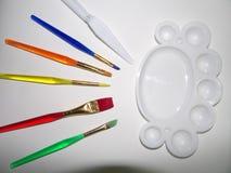 Spazzole di arte e tavolozza di colore fotografie stock libere da diritti