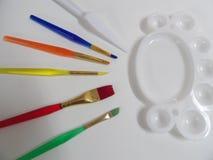 Spazzole di arte e tavolozza di colore immagini stock libere da diritti