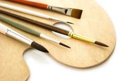 Spazzole di colore di arte sulla tavolozza del woode isolata Immagini Stock Libere da Diritti