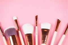 Spazzole di trucco del fronte sul rosa Fotografie Stock