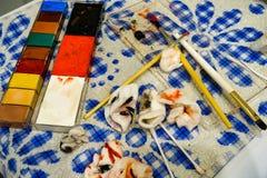 Spazzole di trucco e della pittura sulla tavola immagine stock libera da diritti